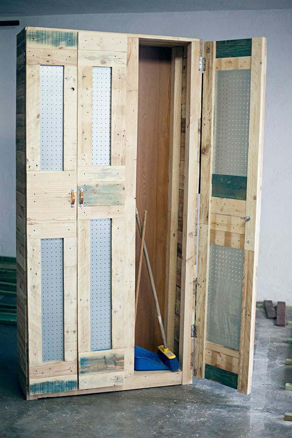 Armário multiuso de pallets com portas feitas de placas de eucatex