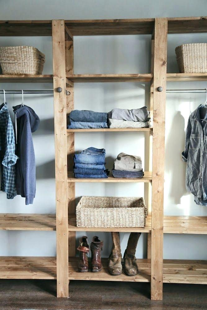 Guarda-roupa de pallets com separações bem definidas
