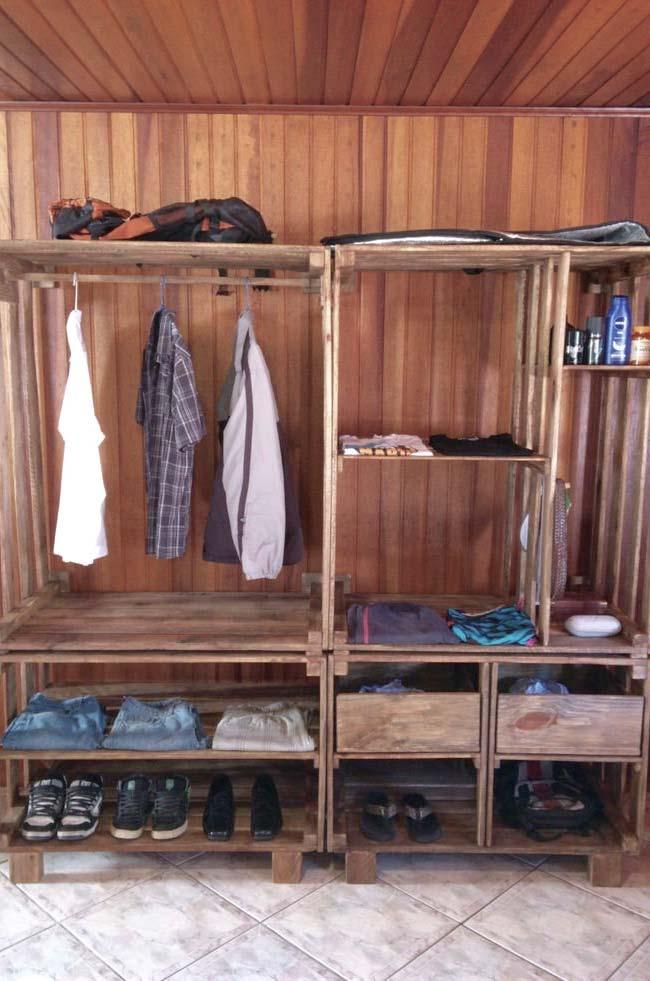 Forro de madeira e guarda-roupa de pallets