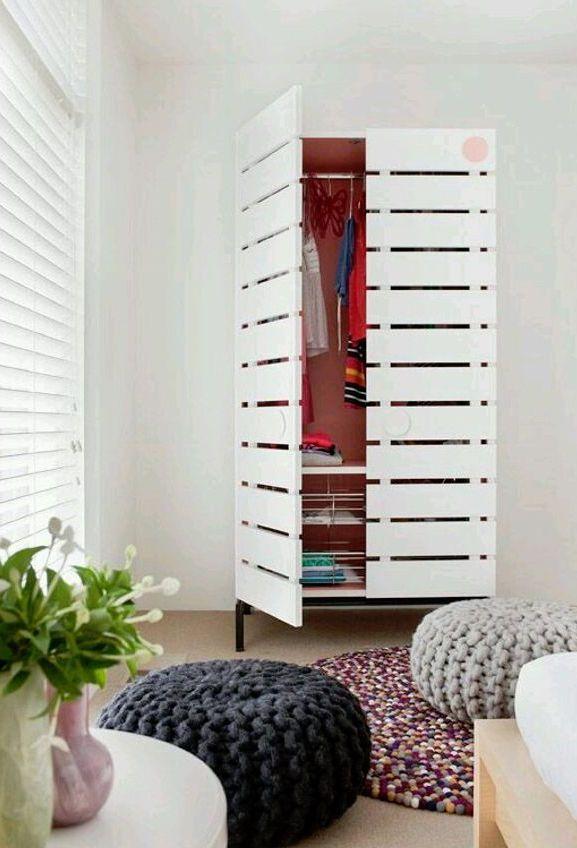 Guarda-roupa de pallet com portas é o modelo perfeito para uma decoração mais clean e delicada