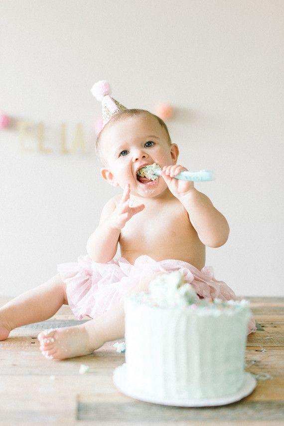 Para o bebê maiorzinho, o mesversário pode ser comemorado com um bolo todinho para ele se lambuzar e ser feliz