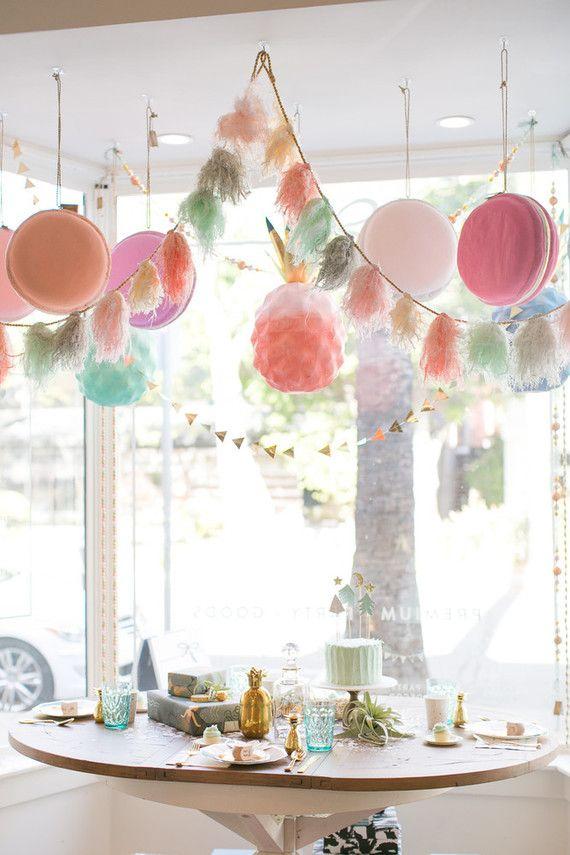 Macarons gigantes decoram esse mesversário de bebê