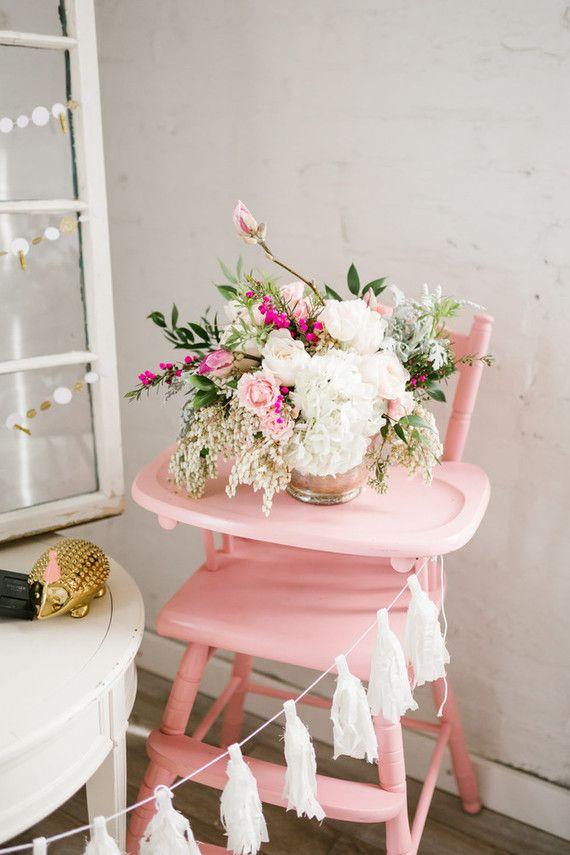 Arranjo de flores decora o cadeirão do bebê