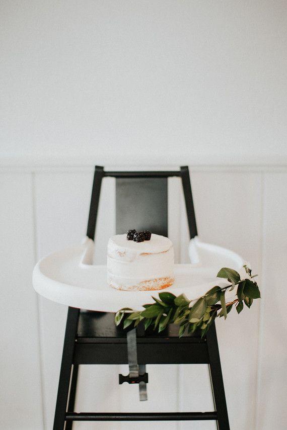 Mini bolo em cima do cadeirão aguarda a chegada do mesversariante