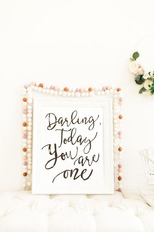 Quadro com mensagem ajuda a decorar o mesversário de bebê