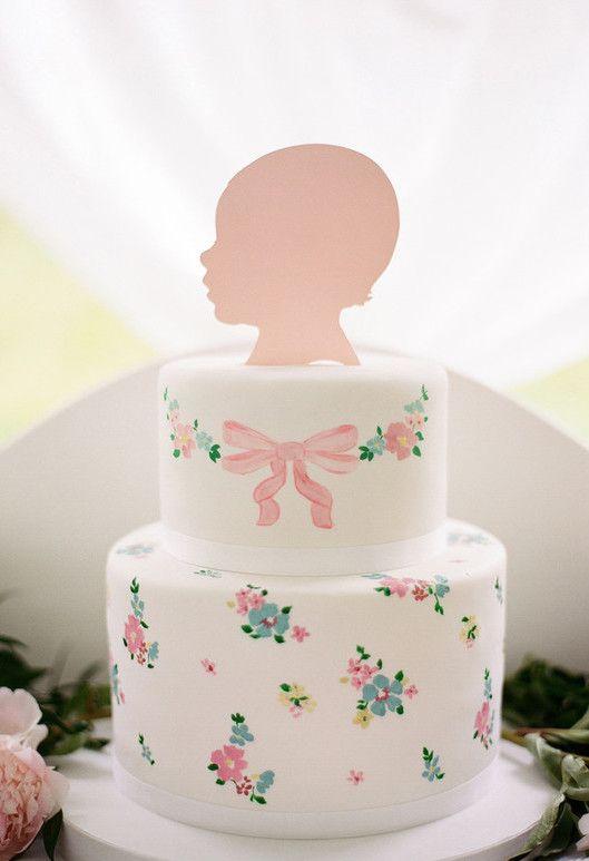 Bolo de pasta americana com flores para um mesversário de bebê menina