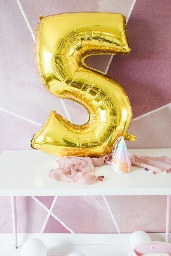 Balões com números e letras no mesversário de bebê