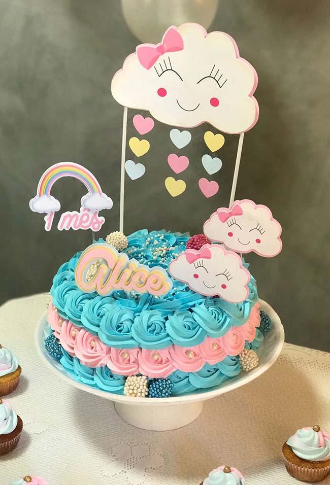 Mesversário de bebê de um mês comemorado com um bolo bem divertido e alegre
