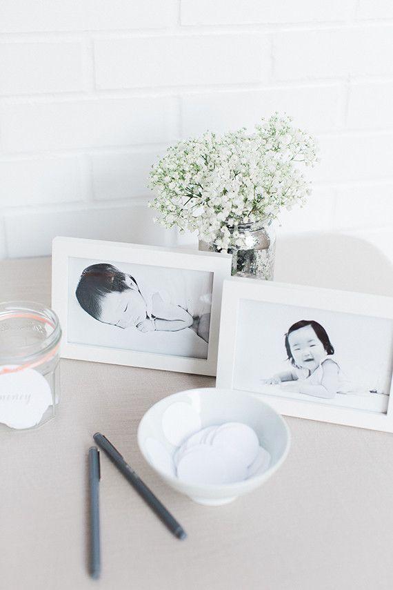 """As fotos na mesinha fazem um """"antes e depois"""" do bebê"""