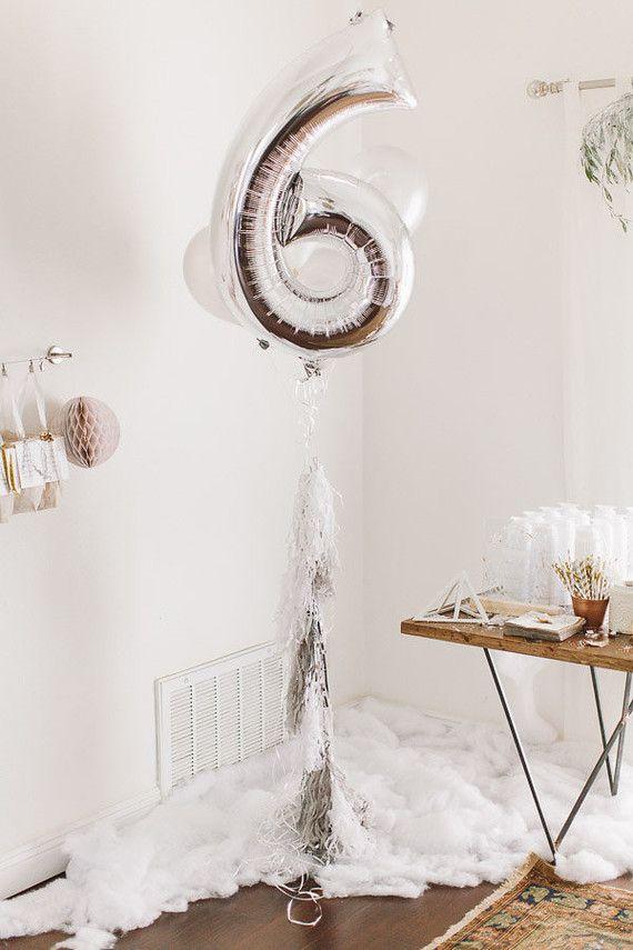 Branco e prata no mesversário de bebê