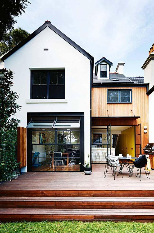 Casa com telhado duas águas e telha de zinco