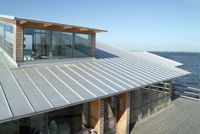Casa de frente para o mar com telha de zinco