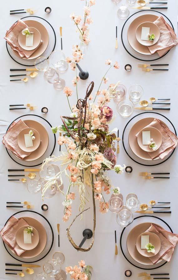 Mesa posta decorada na cor branca