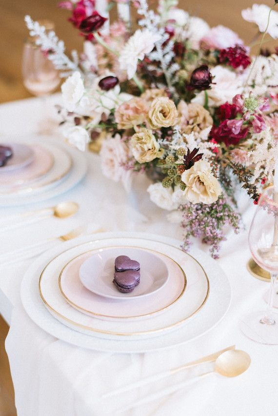 Flores complementam a decoração da mesa posta