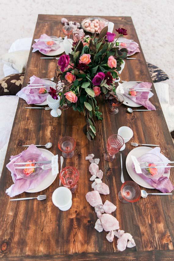 Mesa rústica com pedras brutas na decoração
