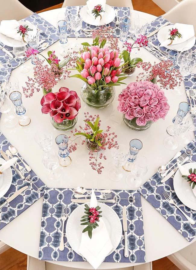 Mesa posta com arranjos de flores