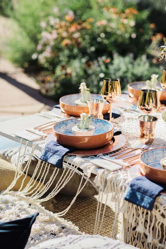 Louças de cobre são o grande charme dessa mesa posta