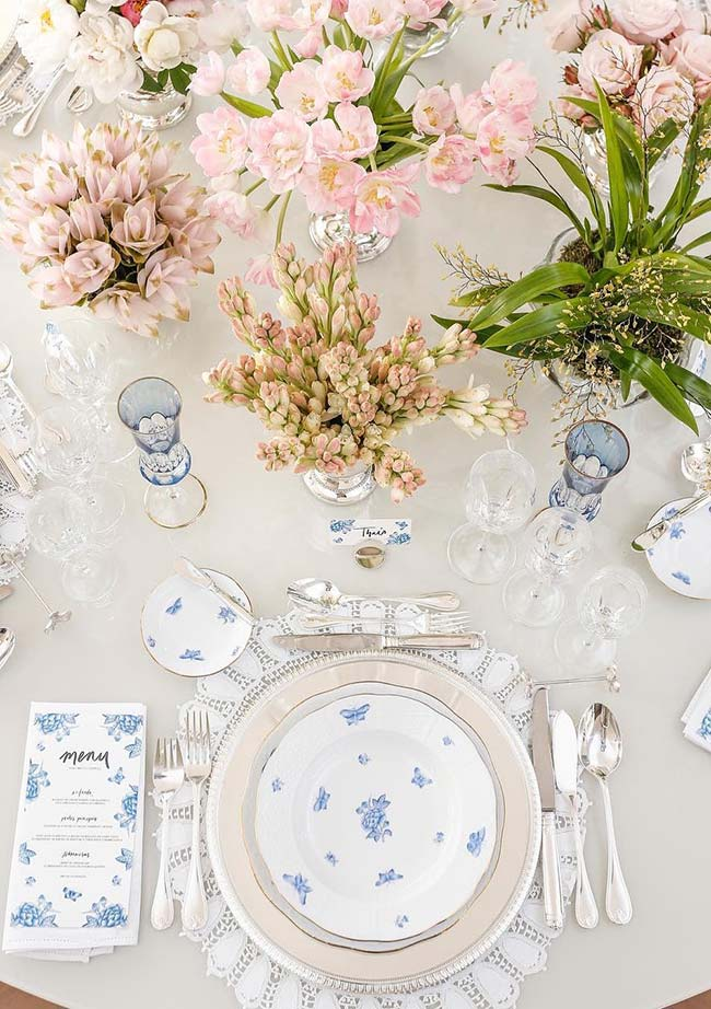 Um menu para cada convidado na mesa posta