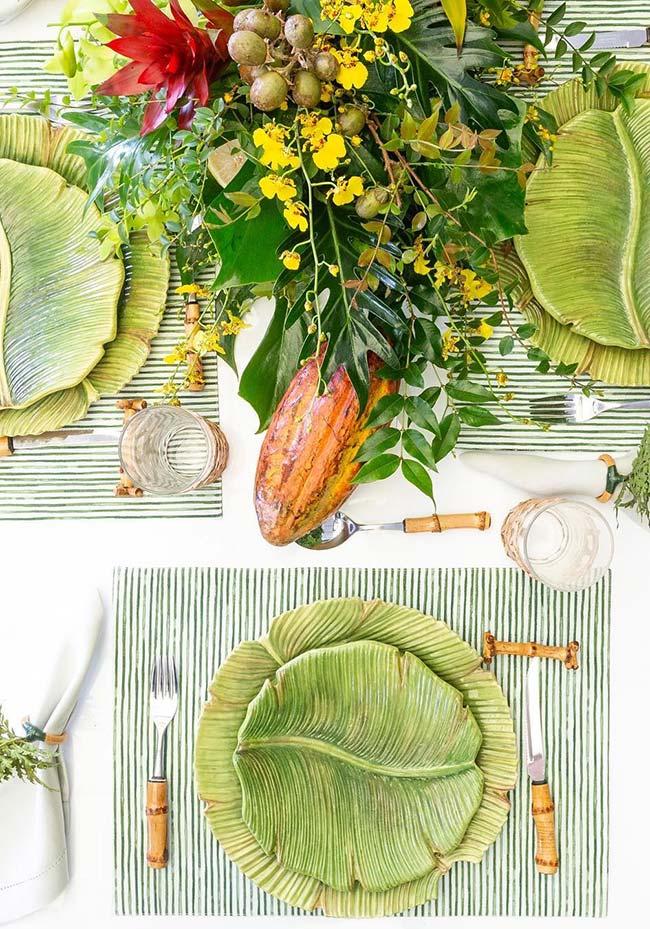 Pratos de cerâmica na mesa posta
