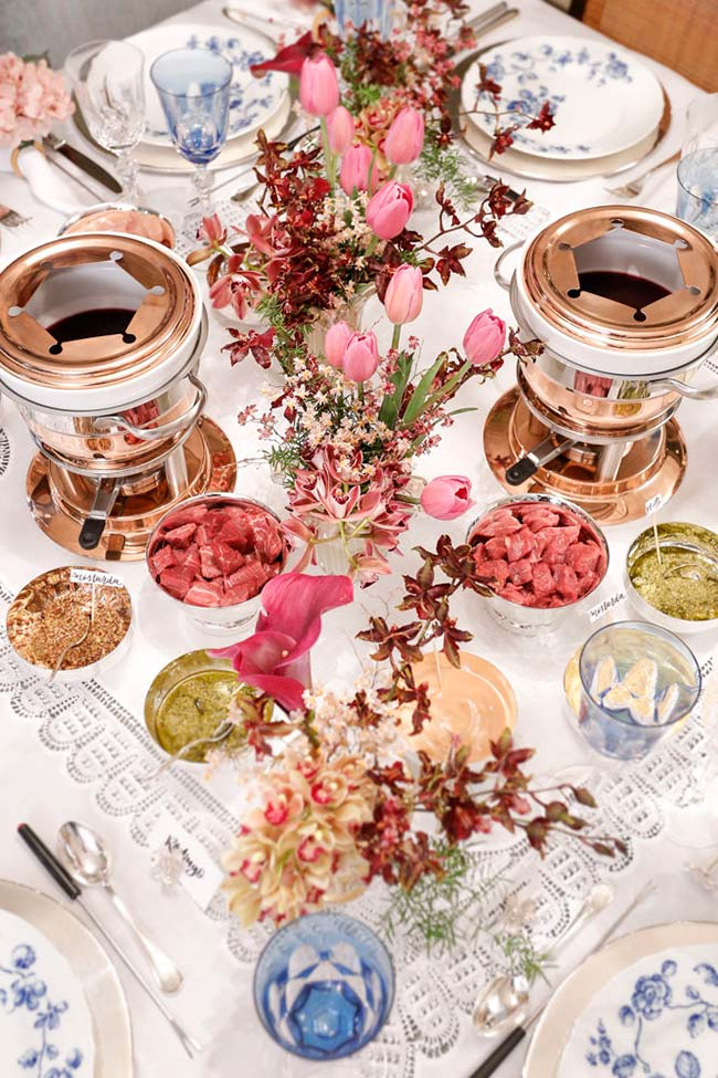 Mesa posta para jantar com fondue
