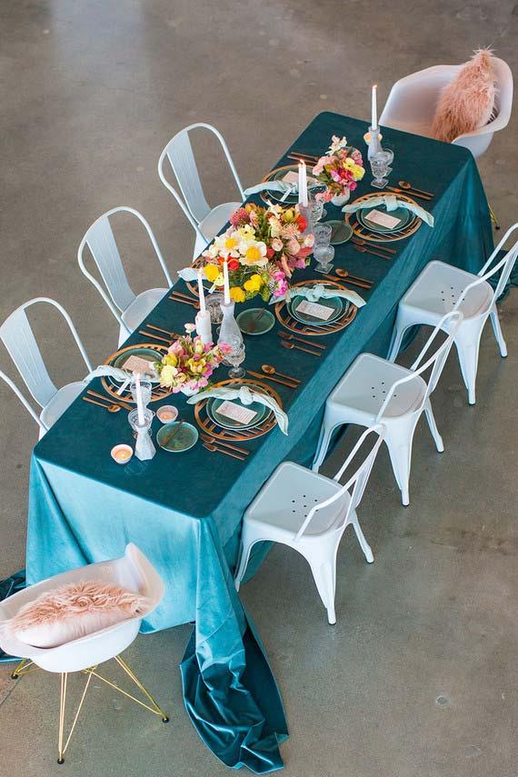 Toalha de mesa azul na mesa posta