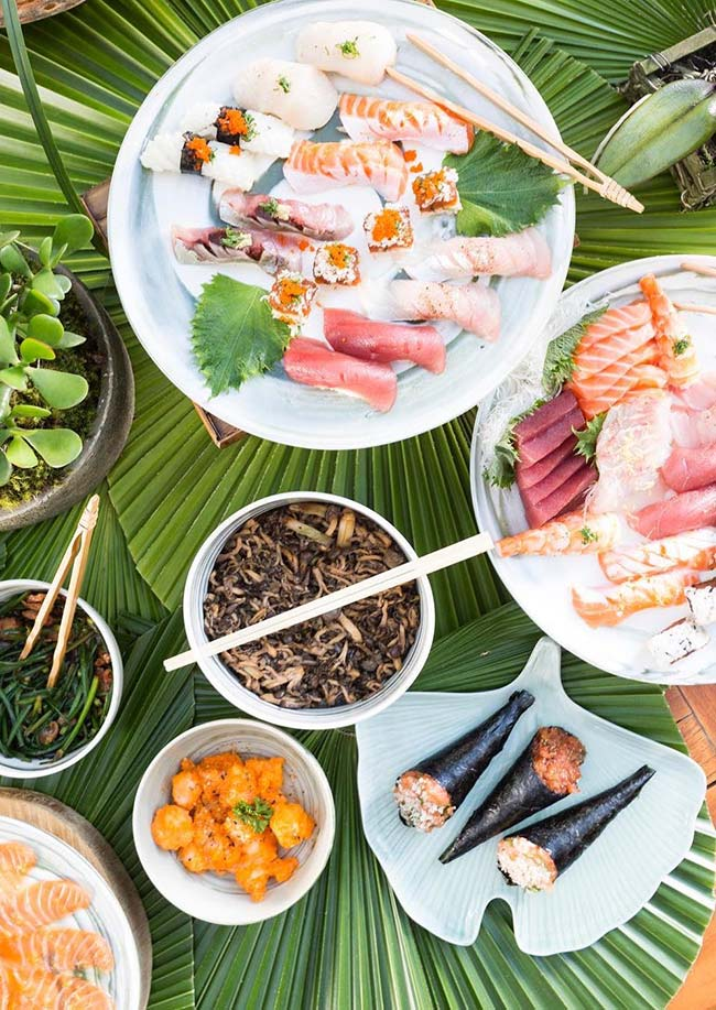 Mesa posta para sushi