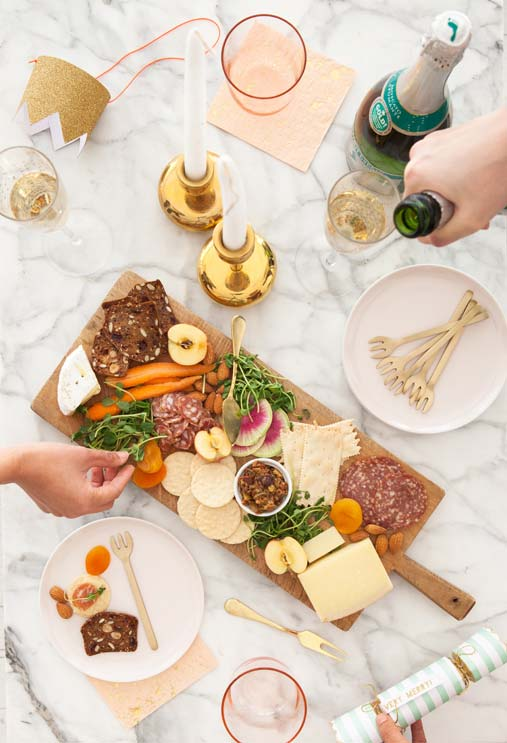 Mesa posta com garfinhos para aperitivos