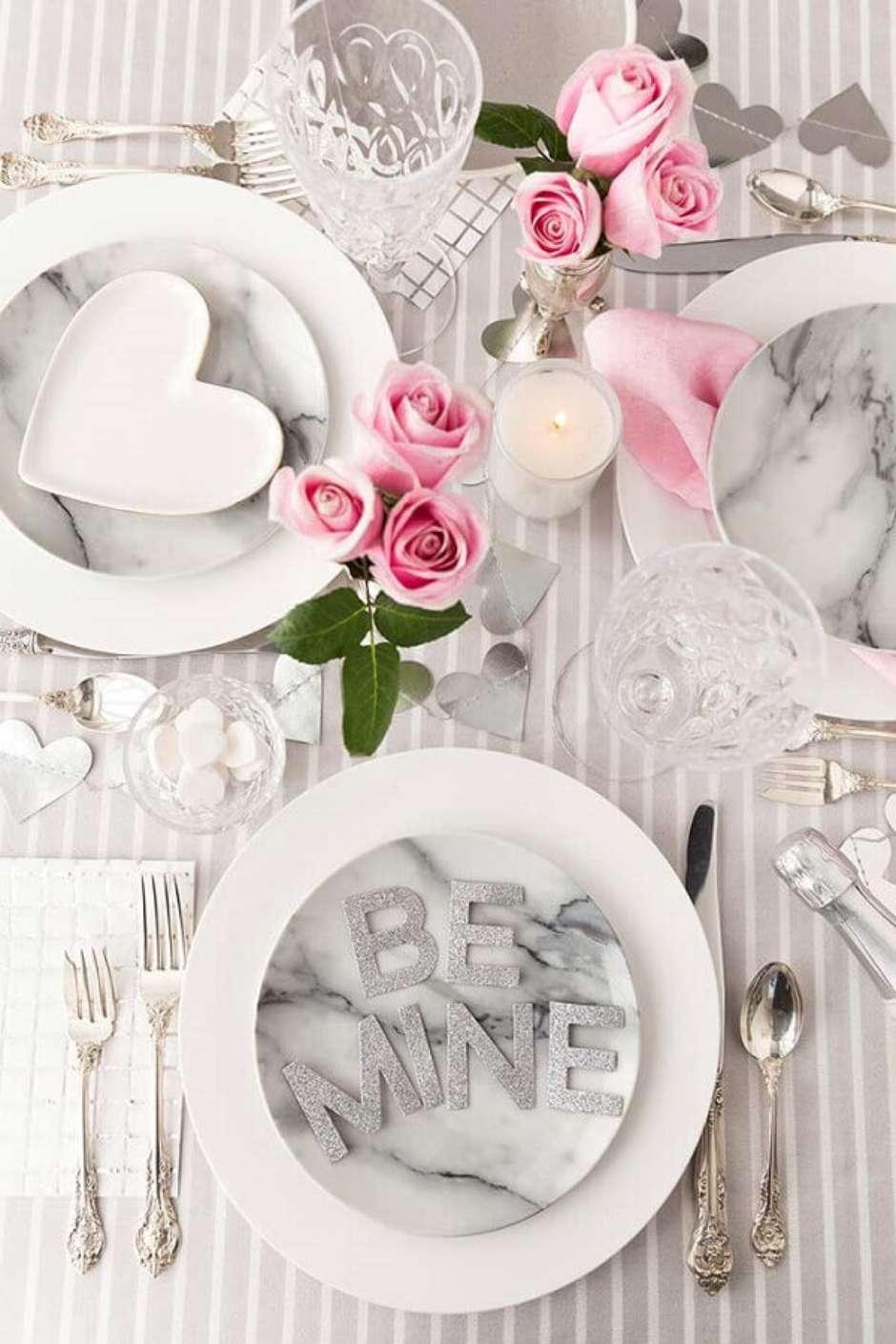 Mesa posta para refeição romântica