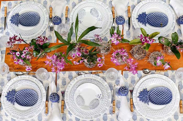 Abacaxis decoram essa mesa posta