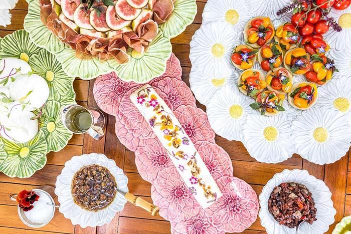 Louças de cerâmica em formato de flor dispensam outros arranjos na mesa posta