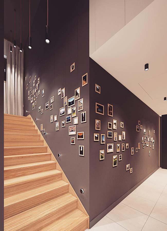 Parede de quadros na escada e no corredor