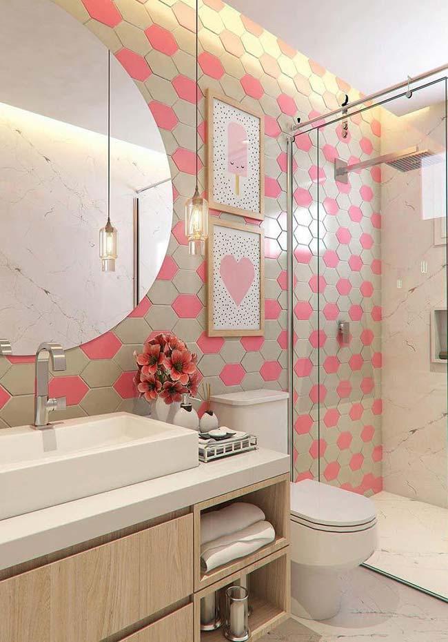 Parede de quadros no banheiro