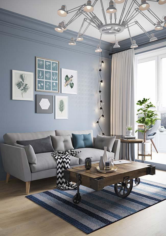 Composição de parede de quadros pequenos no fundo azul