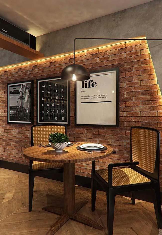 Iluminação diferente para dar destaque a parede de quadros