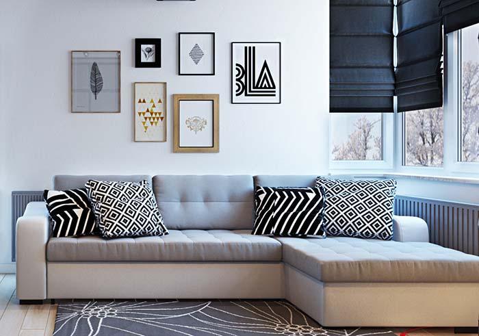 Peças diferentes em composição na parede de quadros