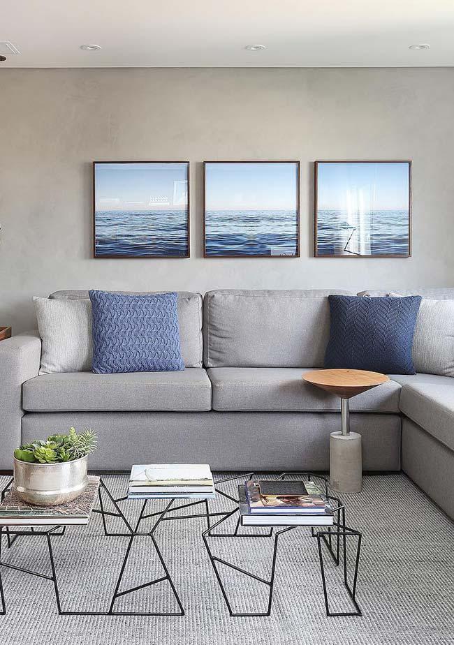 Trio de quadros na parede da sala