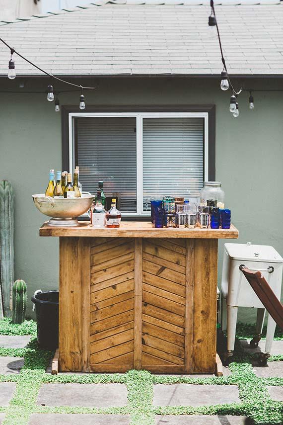 Casamento em casa: bar da festa foi colocado no quintal