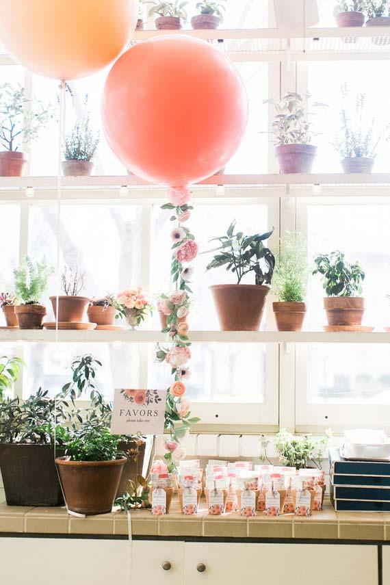 Casamento em casa: os vasinhos da casa integram a decoração junto com os balões