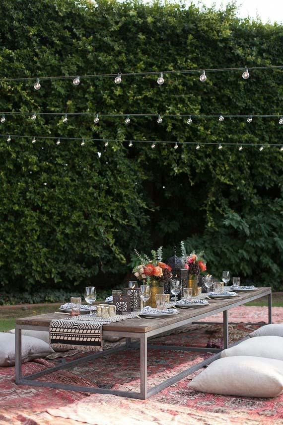 Casamento em casa: mesa baixa e almofadas no chão para uma recepção mais descontraída