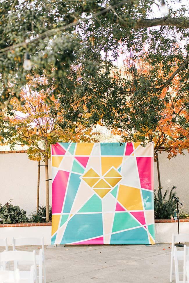Banner colorido decora o quintal da casa para o casamento