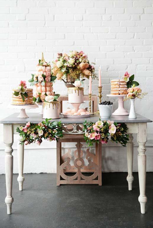 Parede de tijolinhos da casa deu um charme extra para a decoração do casamento em casa
