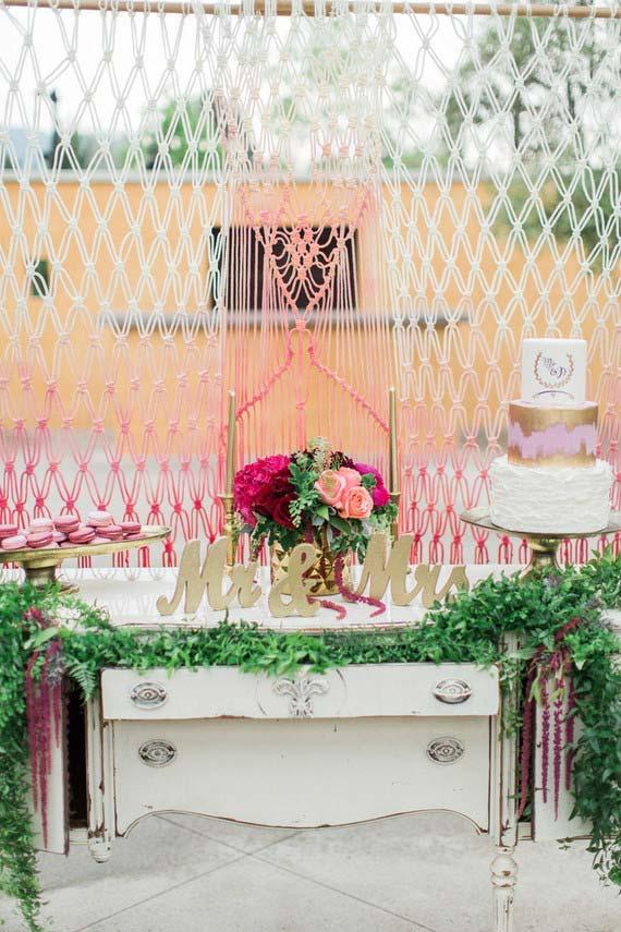 Cortina de barbante separa e delimita o espaço entre a cerimônia e a festa de casamento em casa