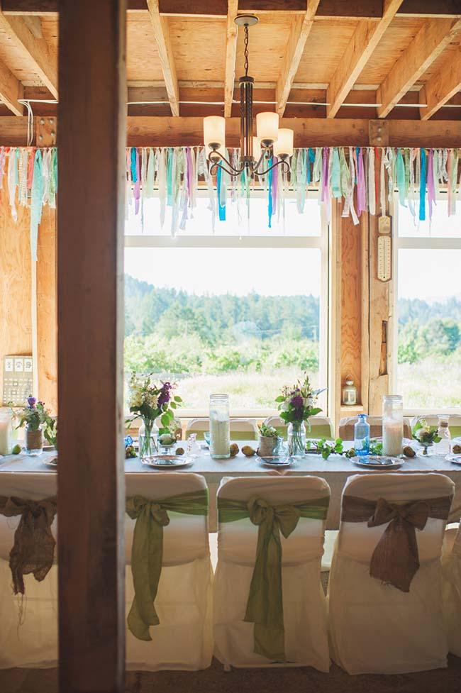 Área ampla e espaçosa dessa casa conseguiu acomodar todos os convidados em uma mesa única