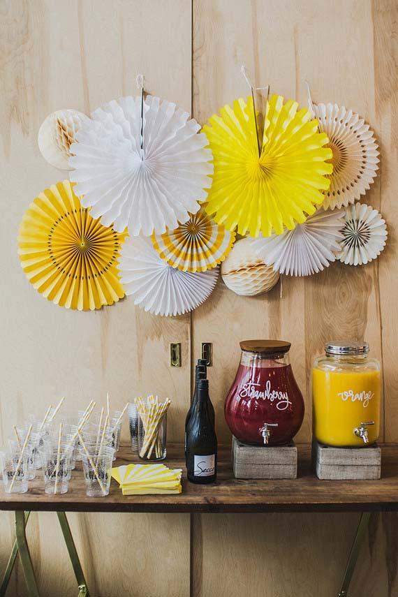 Cavalete e dobraduras de papel para servir e decorar a festa de casamento em casa