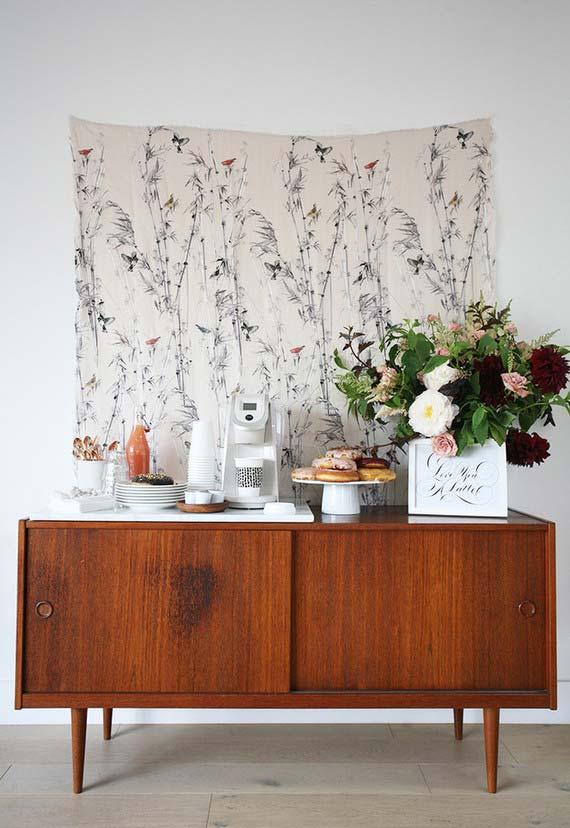 Casamento em casa: use aquele buffet que fica na sala de jantar para acomodar as louças e talheres da festa