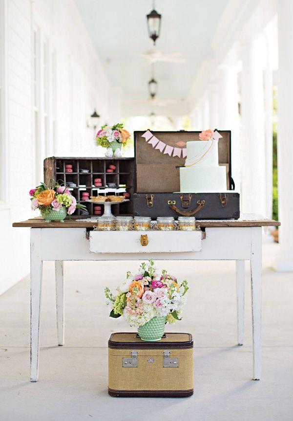 Nessa festa de casamento em casa, as malas sem uso viraram peças decorativas