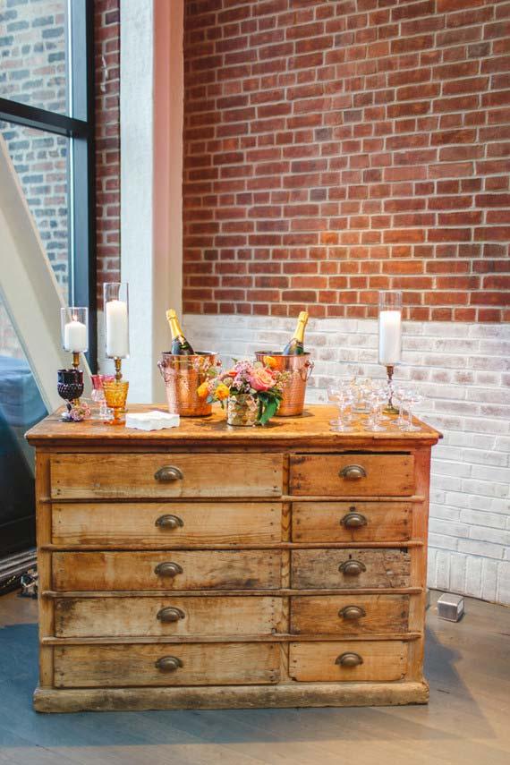 A cômoda que virou bar no casamento em casa