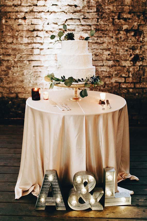 Letreiro de LED na decoração de casamento em cacsa