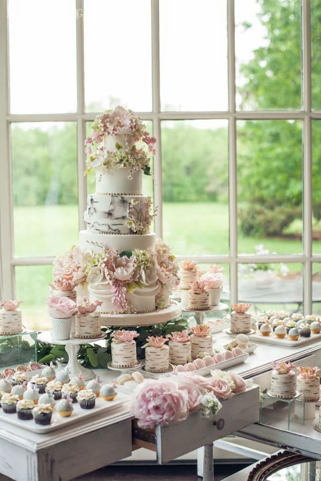 Casamento em casa: o local escolhido para a mesa do bolo foi junto à janel