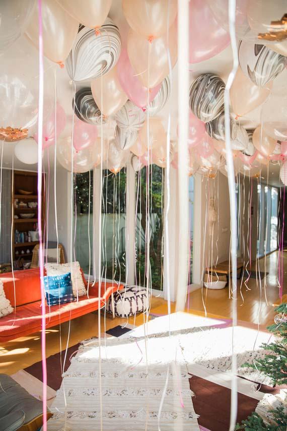 Balões cheios de gás hélio com fitas de cetim: a decoração da festa está pronta